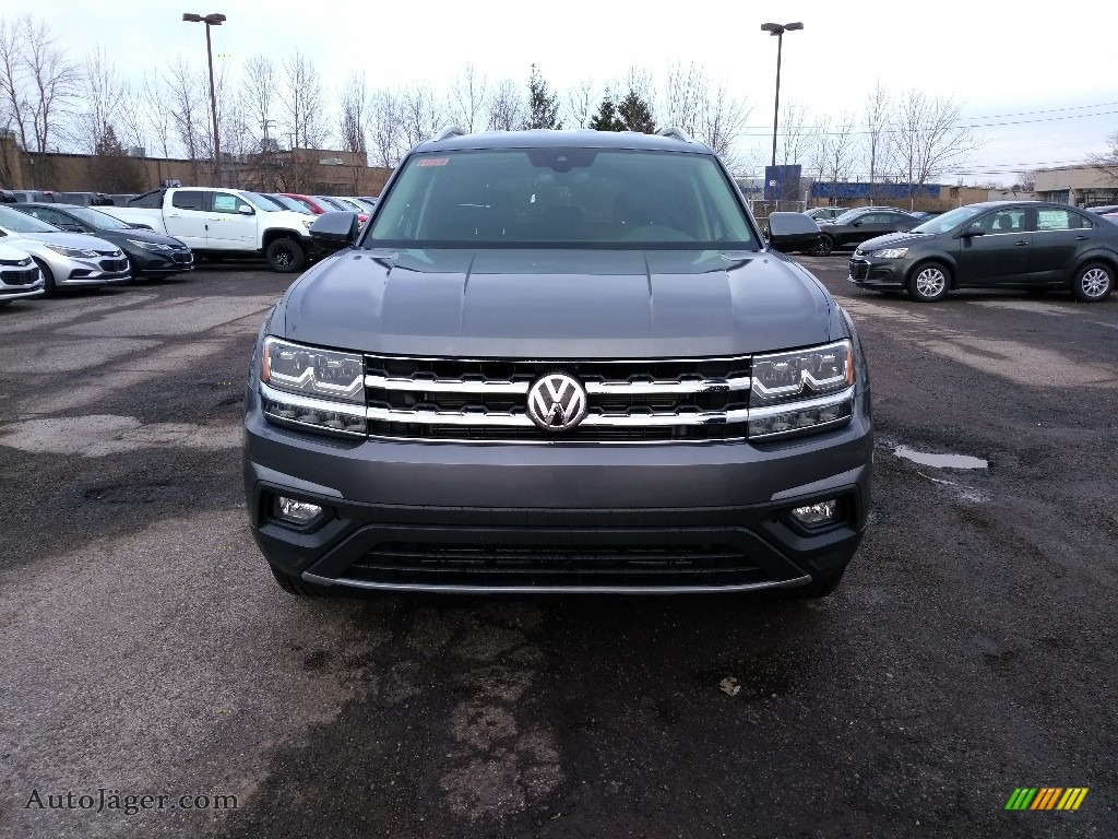 Platinum Gray Metallic / Titan Black Volkswagen Atlas SE 4Motion