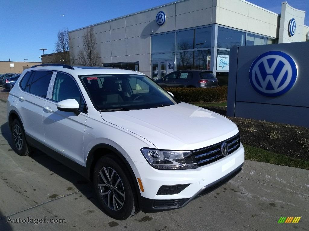 Pure White / Titan Black Volkswagen Tiguan SE 4MOTION