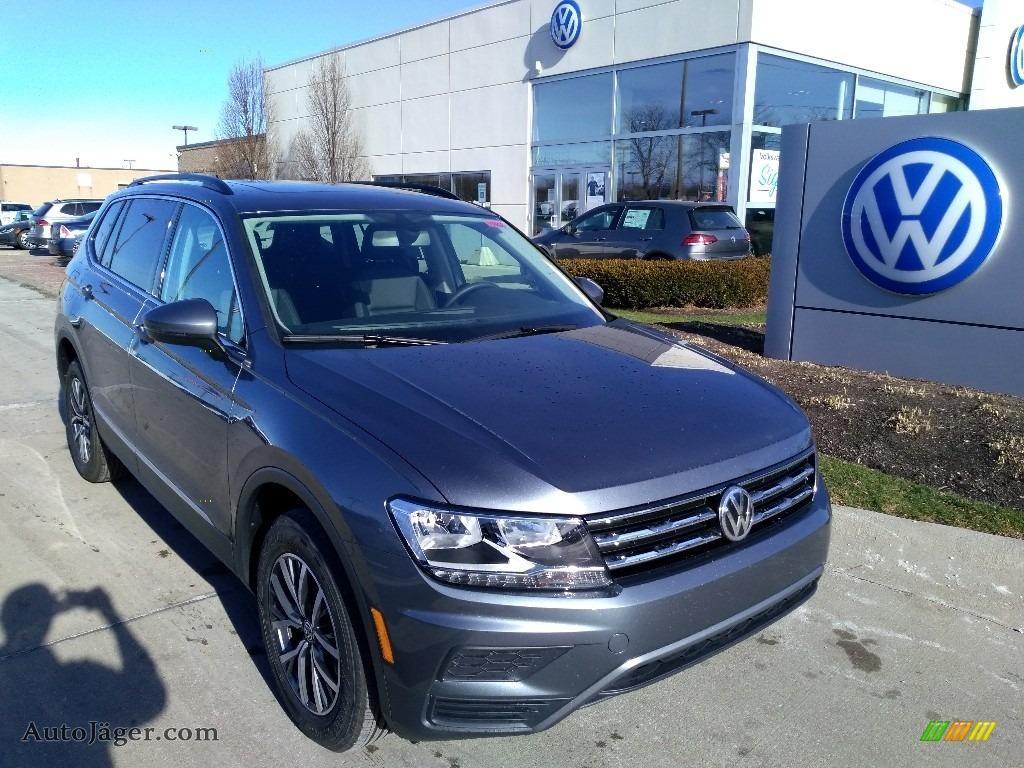 Platinum Gray Metallic / Titan Black Volkswagen Tiguan SE 4MOTION